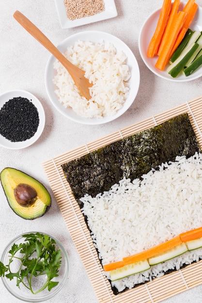 トップビューの寿司作りプロセス 無料写真