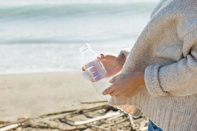 海辺から女性コレクションボトル 無料写真