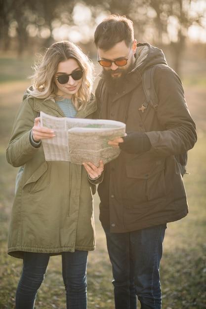 Средний снимок пара смотрит на карту Бесплатные Фотографии