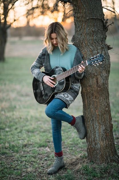 ギターでフルショットの女性 無料写真