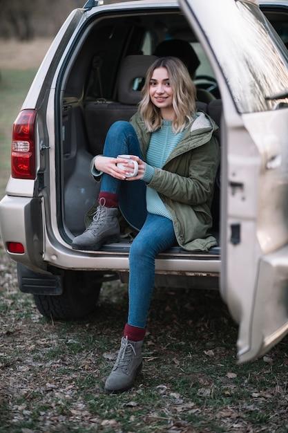 車のフルショットの女性 無料写真