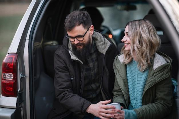 Средний выстрел смайлик пара в фургоне Бесплатные Фотографии