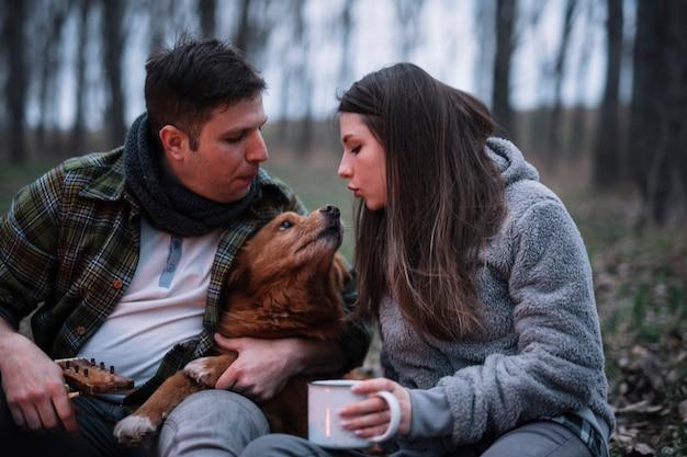 犬と遊ぶクローズアップカップル 無料写真