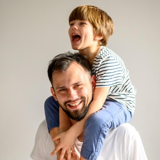 ミディアムショットの幸せな父と息子 無料写真