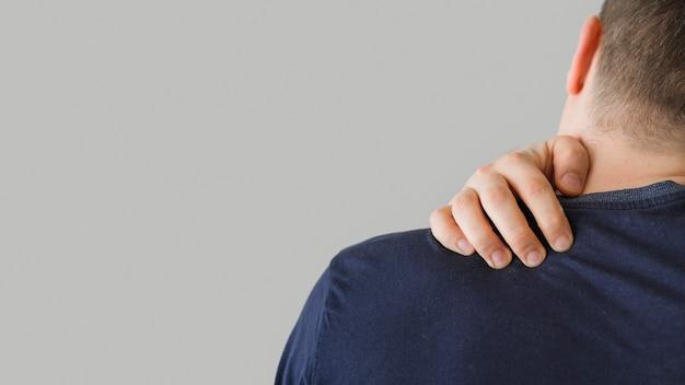 Вид сзади человек с болью в шее Бесплатные Фотографии