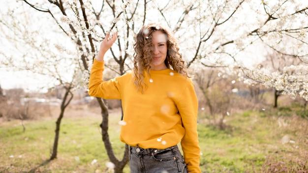 黄色のシャツと花を着ている女性 無料写真