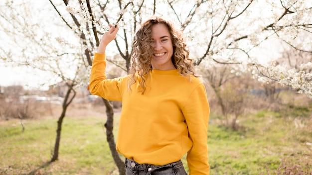 公園で黄色のシャツを着ている女性 無料写真