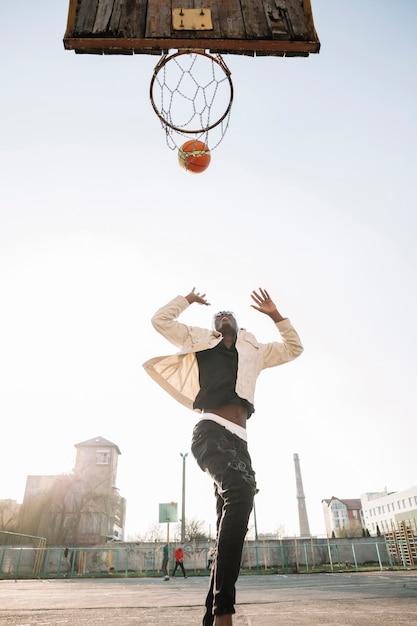 低ビューのティーンエイジャーバスケットボール屋外 無料写真
