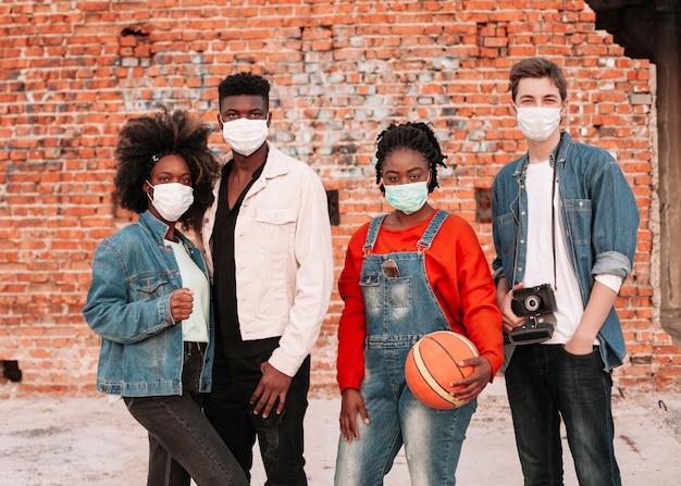 一緒にポーズの若者のグループ 無料写真