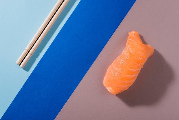 サーモンのトップビューロール寿司 無料写真
