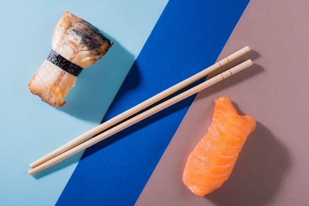 テーブルの上のサーモンの巻き寿司 無料写真