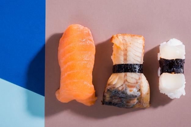 テーブルの上のおいしい巻き寿司 無料写真