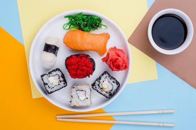 Тарелка с суши и соусом Бесплатные Фотографии