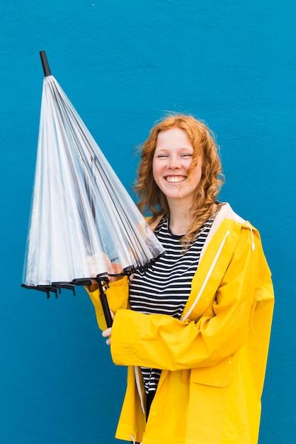 Девушка с зонтиком и плащом Бесплатные Фотографии