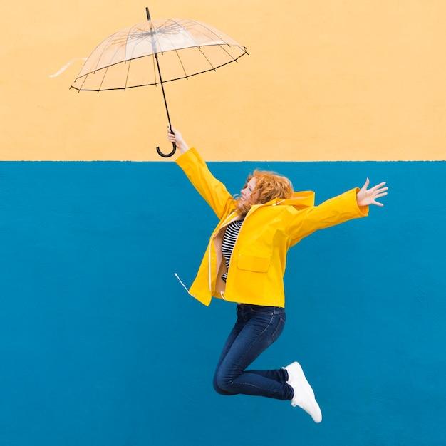 Девочка прыгает с зонтиком Бесплатные Фотографии