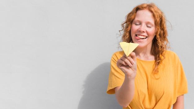 Женщина с желтым платьем и самолетом Бесплатные Фотографии