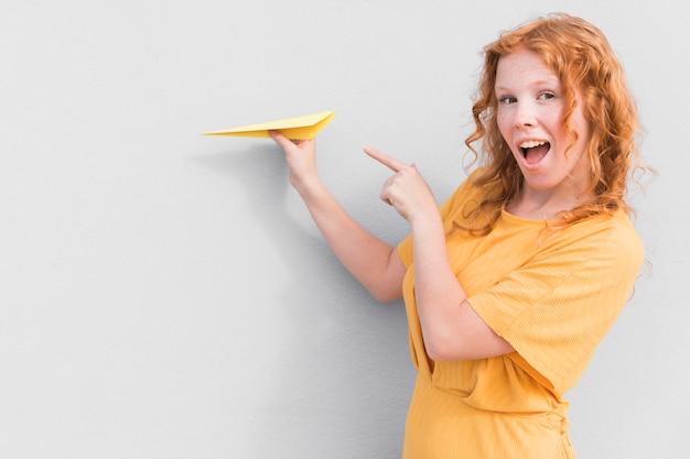 Удивленная женщина и бумажный самолетик Бесплатные Фотографии