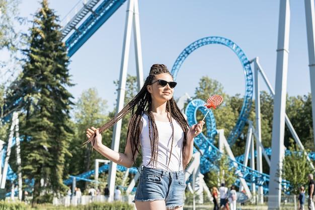 Девушка с косичкой прическа в парке развлечений Бесплатные Фотографии