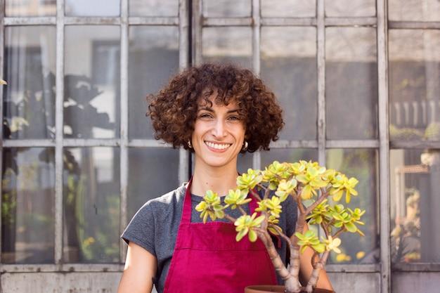 Улыбающаяся женщина в саду Бесплатные Фотографии