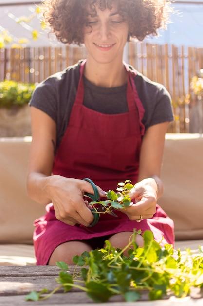 Молодая женщина, садоводство в теплице Бесплатные Фотографии