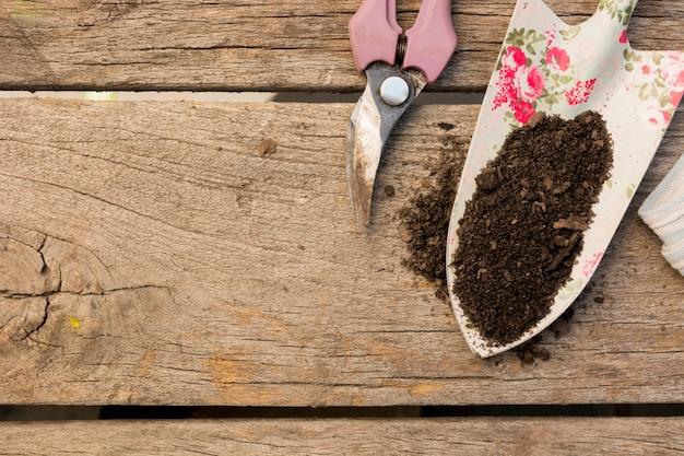 Расположение садовых инструментов на деревянном фоне с копией пространства Бесплатные Фотографии