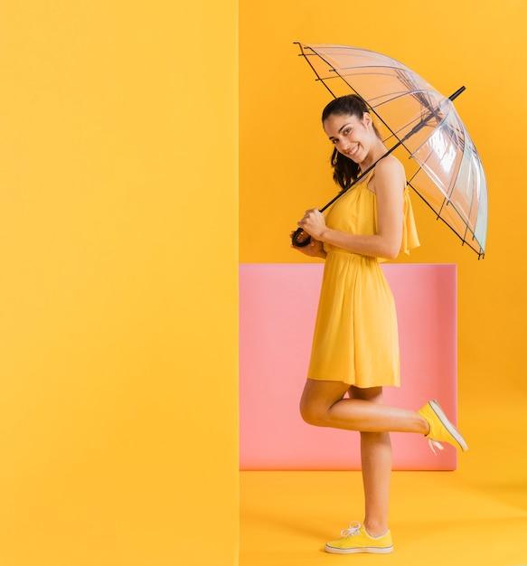黄色のドレスで幸せな女 無料写真