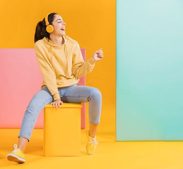 Счастливая женщина слушает музыку Бесплатные Фотографии
