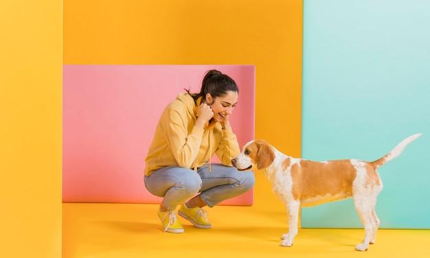 かわいい犬との幸せな女 無料写真