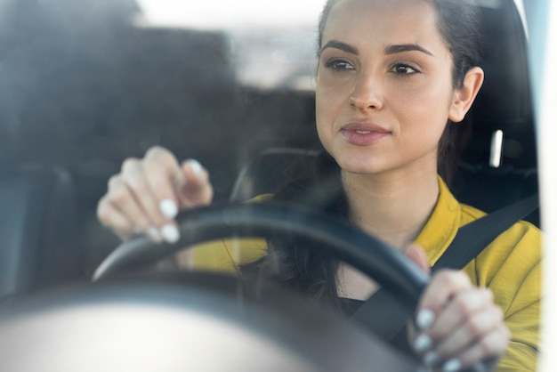 黄色いシャツドライブの女性 無料写真