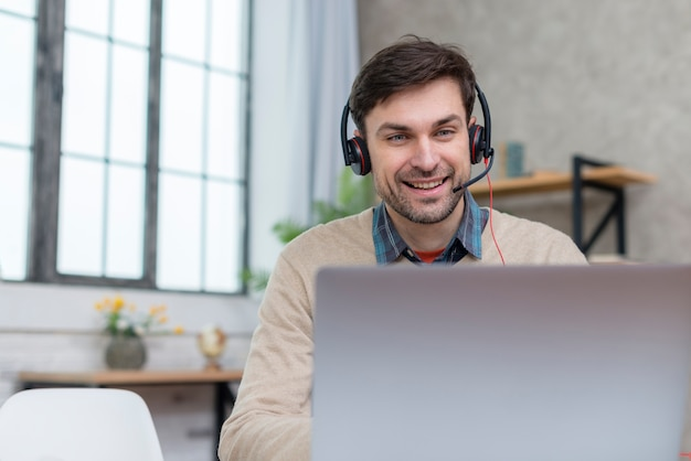 ノートパソコンから生徒と話す先生 無料写真