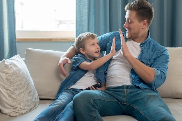 父の日お父さんと息子のハイタッチ 無料写真