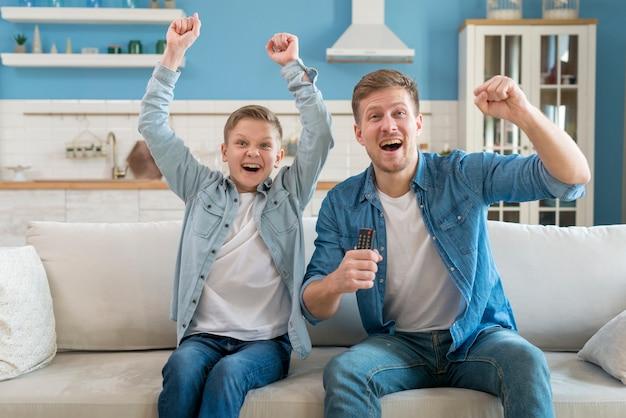父と息子が興奮し、一緒に時間を過ごす 無料写真
