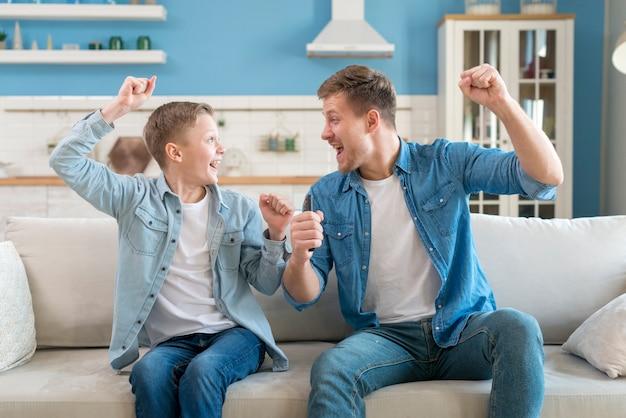 父と息子が興奮して幸せ 無料写真