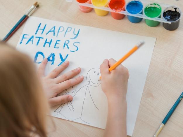 Счастливый день отца рисует через плечо дочери Бесплатные Фотографии