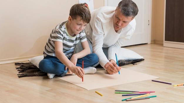 Отец и сын рисуют маркерами Бесплатные Фотографии