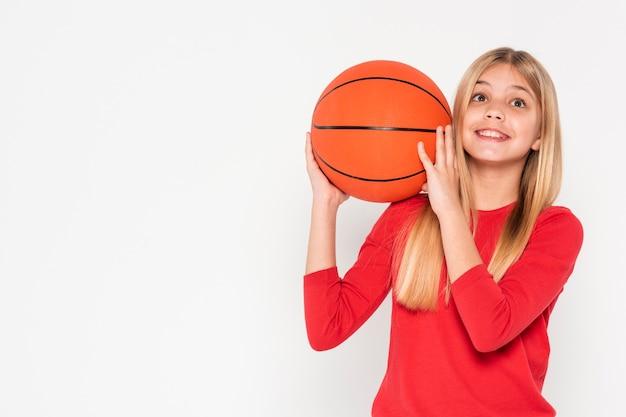 バスケットボールのボールを持つ少女 無料写真