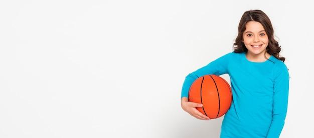バスケボールを保持している肖像画の女の子 無料写真