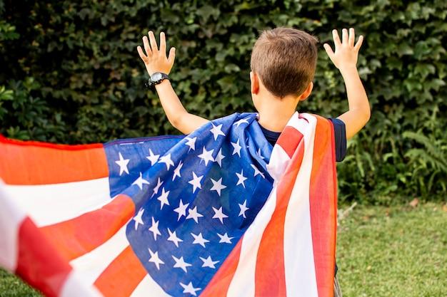 Мальчик вид спереди с флагом сша Бесплатные Фотографии