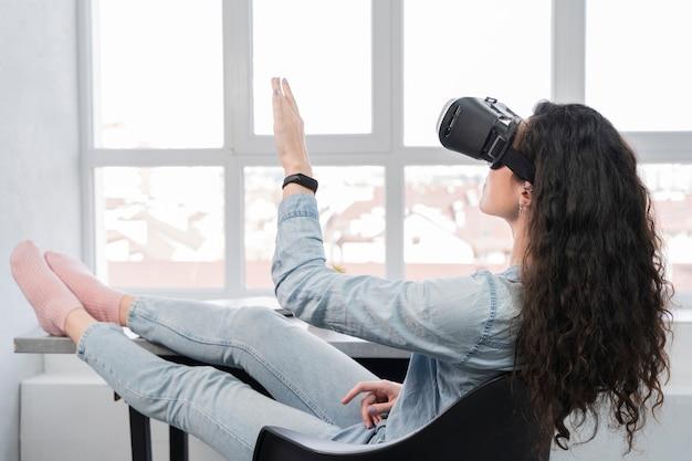 Женщина с использованием новых технологий виртуальной реальности гарнитуры Бесплатные Фотографии