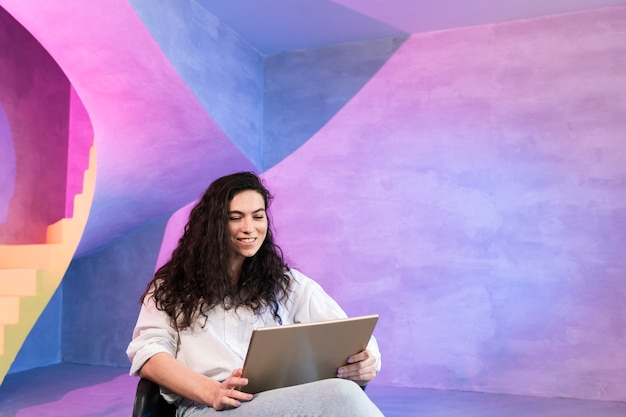 Деловая женщина работает на своем ноутбуке Бесплатные Фотографии