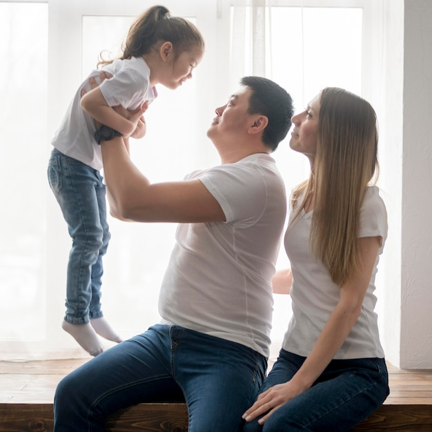 Родители играют с дочерью Бесплатные Фотографии