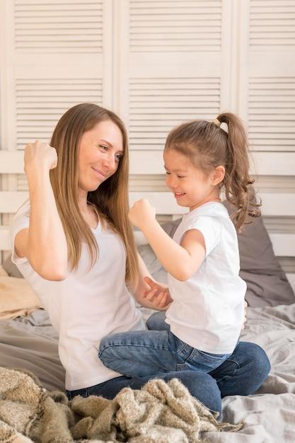 Девочка и мама играют Бесплатные Фотографии