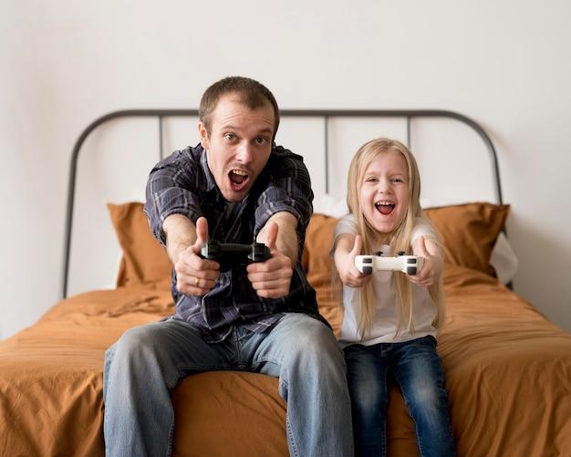 ジョイスティックで遊んで興奮した父と子 無料写真