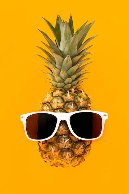 Вид сверху экзотический ананас с очками Бесплатные Фотографии