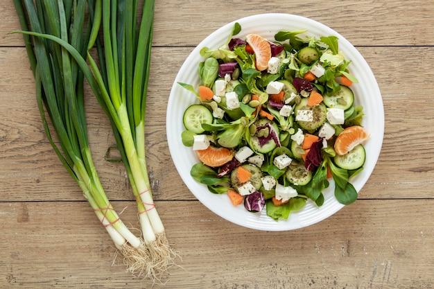 テーブルの上の新鮮なサラダプレート 無料写真