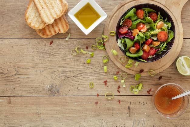 コピースペースのトーストとサラダ 無料写真