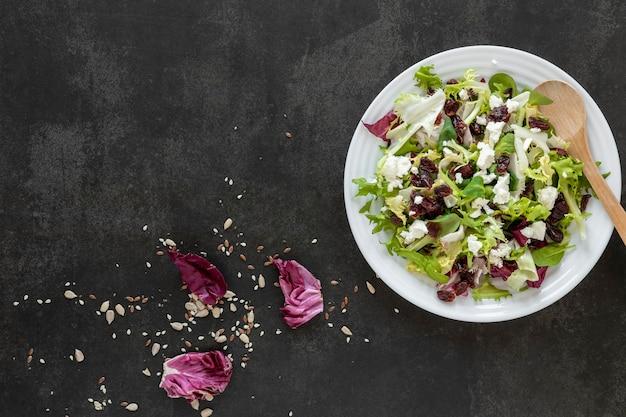 テーブルの上のサラダとコピースペースプレート 無料写真