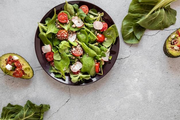 テーブルの上のサラダとアボカドのプレート 無料写真