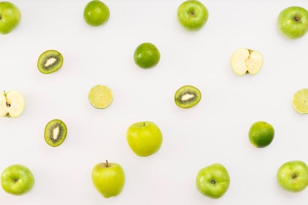 白い背景の上の緑の果物 無料写真