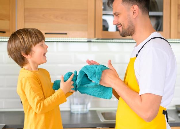 父と息子がタオルで手を拭く 無料写真